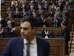 Los diputados del Partido Popular (PP) aplauden al presidente del Gobierno, Mariano Rajoy, al término de la sesión de la mañana en la segunda jornada del debate del Estado de la Nación. (EFE/CHEMA MOYA)