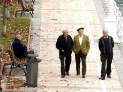 Un grupo de jubilados pasea por un parque. (EFE)