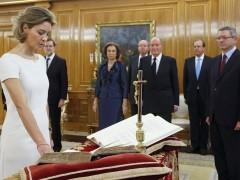 La nueva ministra de Agricultura, Alimentación y Medio Ambiente, Isabel García Tejerina, jurando su cargo ante el Rey. (EFE)