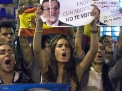 Imagen de una protesta contra el aborto frente a la sede del PP. (EFE)