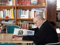 Una persona leyendo un diario. (PAULA MATEU/ACN)