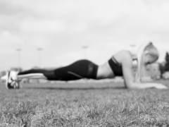 Una joven hace ejercicio físico (GONZOO)