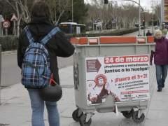 Un estudiante camina delante de un cartel donde se anuncia la huelga convocada contra el 3+2 (EFE)