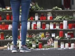 Un estudiante permanece en pie ante velas y ramos de flores en memoria de los 16 alumnos y dos profesores del instituto de Haltern am See (Alemania) fallecidos en el accidente de avión en los Alpes. (MAJA HITI/EFE)