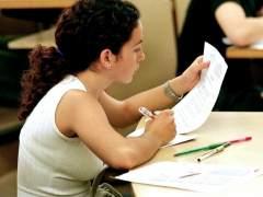 Una estudiante en una biblioteca (EFE)