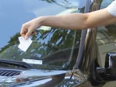 Un hombre retirando una multa de aparcamiento de su coche. (GTRES)