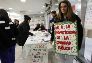 Huelga de limpieza en el Hospital Ramón y Cajal de Madrid. (JORGE PARÍS)