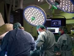 Personal médico durante una intervención quirúrgica. (HOSPITAL VALL D'HEBRON)