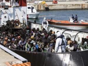 Un grupo de inmigrantes rescatado por la embarcación RBD llega al puerto de Corigliano Calabro (Italia). (EFE/ FRANCESCO ARENA)