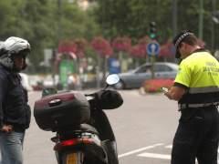 Agente de Movilidad poniendo una multa (JORGE PARÍS)