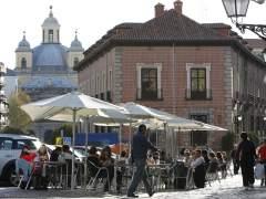 Una terraza, ocupando gran parte de la acera en una plaza del barrio de La Latina (Madrid). (JORGE PARÍS)