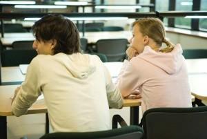 Dos estudiantes en un aula universitaria. (GTRES)