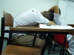 Un niño dormido sobre su pupitre. (ARCHIVO)