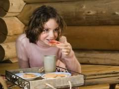Una niña comiendo alimentos aptos para celiacos (ARCHIVO)