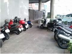 Motos aparcadas en zona peatonal (MARY M.C.)