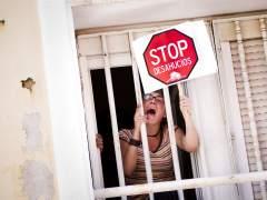 Una joven protestando contra los desahucios. (GTRES)