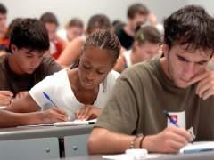 Un grupo de jóvenes realizando un examen. (ARCHIVO)