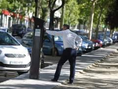 Un usuario intenta sacar un tique en uno de los parquímetros inteligentes de Madrid. (JORGE PARÍS)