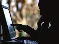 Una persona navega por Internet. (GTRES)
