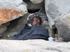 Un inmigrante duerme sobre el suelo en la localidad fronteriza con Francia de Ventimiglia, Italia. (EFE)