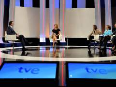El presidente del Gobierno, Mariano Rajoy (i), durante una entrevista en la 1 de TVE en los estudios Buñuel. (EFE)