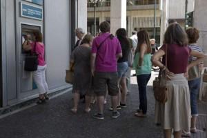 Ciudadanos atenienses aguardan una cola ante un cajero del Banco Nacional de Grecia. (GTRES)