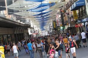 Imagen de la comercial calle Preciados de Madrid. (JORGE PARÍS)