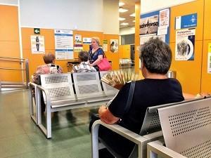 Una mujer se abanica en un centro de salud de Madrid. (JORGE PARÍS)