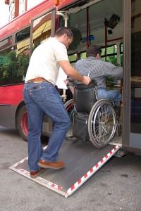 Un pasajero en silla de ruedas accede a un autobús. (ARCHIVO)