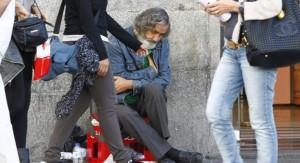 Persona mendigando en la calle.
