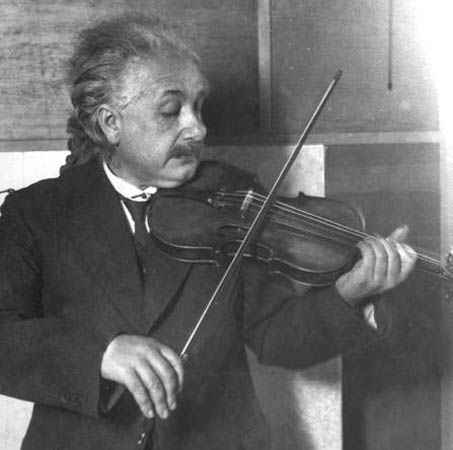 Albert Einstein fue violinista. «Si yo no fuera físico, probablemente sería músico […] Sé que tengo más alegría en la vida gracias a mi violín» (1929).