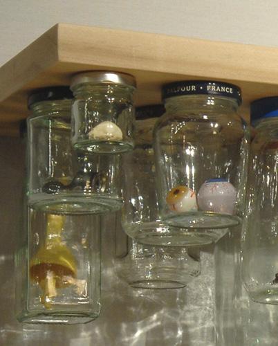 detalle de la anterior: tu estante puede convertirse en un mar de pequeños espacios.