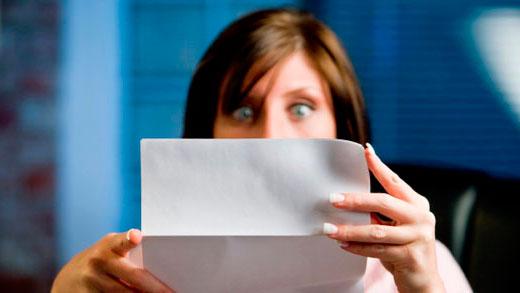 """¿Cómo se han portado los reyes contigo este fin de semana? Hay algo que no pediste y te llegó en el pack de 2013 te hubieses portado bien o no: el """"tarifazo"""" de la luz y el consiguiente incremento del 3% de media en tu factura. Lo más astuto cuando te ha caído un regalo que no te gusta es portarte mejor para tratar de que los siguientes te desagraden menos. Y teniendo en cuenta que antes de volver Papá Nöel recibirás al menos una docena de cartas con otros regalos indeseados, será mejor que consumamos energía de forma más inteligente. 1.Aíslate contra el gasto innecesario: el aislamiento de puertas y ventanas contra las pérdidas de calor es clave para reducir tu consumo. Lograrás mantener el calor dentro de casa si colocas burletes, como te contaba en este post, u otras soluciones como masilla o silicona en ventanas y puertas. Si tu presupuesto es mayor y te estabas planteando acometer una reforma para mejorar tu hogar, también puedes instalar ventanas de PVC y doble acristalamiento, mucho más eficaces y rentables a largo plazo. 2.La calefacción, mejor a temperatura constante. Sé que en este punto hay opiniones para todos los gustos, pero mantener en tu casa un calor estable para evitar esfuerzos bruscos (y caros) en diversos momentos puede ahorrarte hasta un 7%. Puedes probar a regular tu temperatura a 18º/20º C durante el día y entre 15º y 17º C por la noche, comprobar la sensación y la comodidad térmica que te proporciona y compararlo con el gasto anterior, para confirmar si es una buena solución para ti. Por supuesto, esta idea tiene sentido solo si hay movimiento en tu hogar durante todo o gran parte del día. Si nadie disfruta de él durante la jornada de trabajo, reduce al mínimo la exigencia a la calefacción durante ese momento. 3.¿Lo estás usando? Entonces, ¿por qué está encendido? El botón de standby y su compinche el mando a distancia son los peores inventos para nuestra barriga… y para nuestro bolsillo. Dejar la tele, el DVD, la TDT, la consola y hasta al """