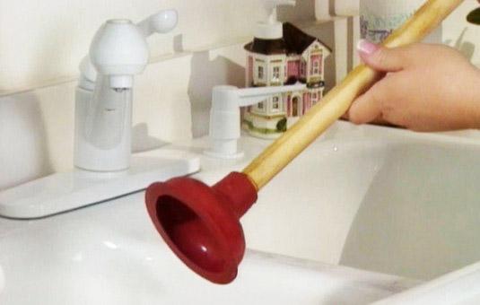 Los fontaneros de Reparalia te ofrecen hoy consejos para evitar atascos en las canalizaciones de agua de tu hogar. ¡Cuidar tus tuberías durante todo el año te permitirá ahorrar mucho dinero y disgustos! Aprende cómo con los mejores profesionales del hogar.