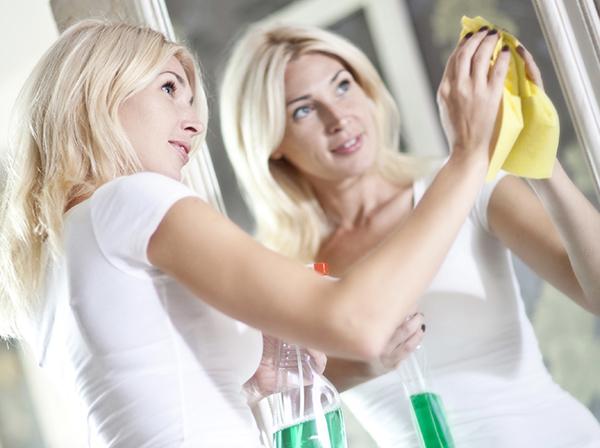 Nuestro profesional del hogar te enseña hoy cómo tener siempre limpios y relucientes espejos y cristales de toda la casa... ¿te apuntas el consejo de hoy de Reparalia?