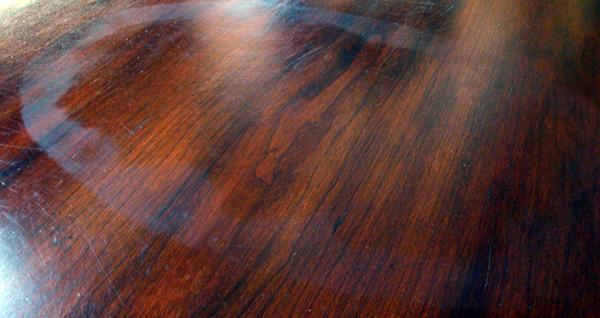 C mo quitar manchas de la madera rompiendo mitos modernos - Como pintar las juntas del piso ...