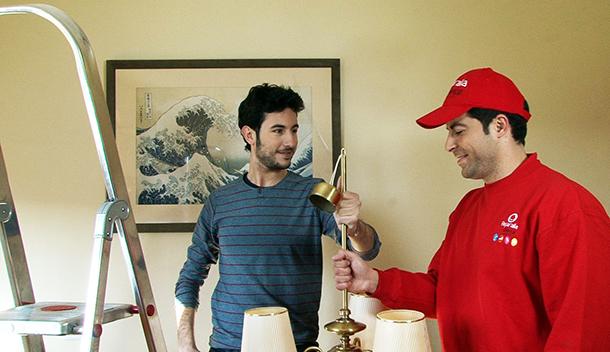 Salvador y Juan, maestro y aprendiz de las reparaciones del hogar