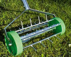 Los expertos del hogar de Reparalia te cuentan sus secretos de jardinería para cuidar tu césped y que crezca espectacular este verano. No te pierdas estas pistas y trucos de los profesionales y ponlos en práctica en tu jardín.