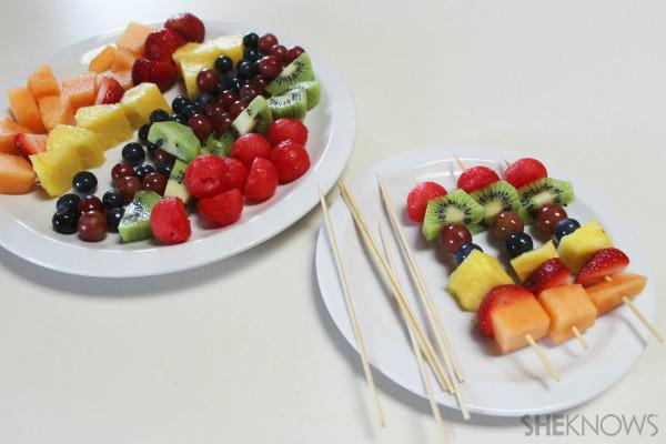 Los profesionales del hogar de Reparalia saben cómo transformar una sandía y un puñado de rica fruta en la barbacoa más original que vas a comer este verano. Sígueles en esta receta que combina manitas y cocina y descubre el truco para que los niños coman más fruta y menos grasas en tus fiestas estivales.
