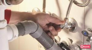 Nuestros mejores fontaneros de Reparalia te enseñan hoy a cambiar un grifo como un auténtico técnico especialista. Olvídate de goteos, pérdidas de agua y ruidos gracias a este vídeo consejo de solo un minuto y medio, que te ayudará a ahorrar y resolver tú mismo este problema.