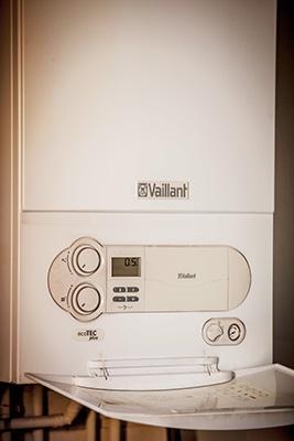 Los profesionales del hogar de Reparalia te enseñan hoy trucos y consejos para ahorrar en tu casa en calefacción, desmontando mitos sobre calderas y radiadores y contándote los secretos de los mejores fontaneros del país.