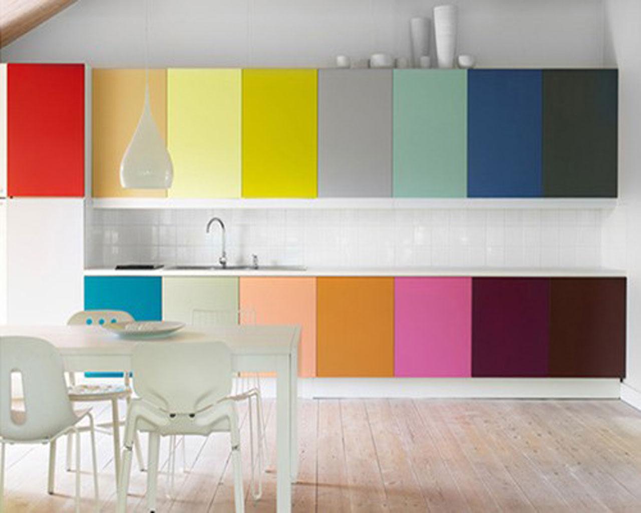 4 ideas geniales y baratas para renovar tu cocina sin - Tapar azulejos sin obra ...