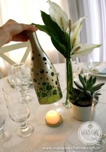 Los profesionales del hogar de Reparalia, especialistas en más de 20 gremios para tu hogar (somos fontaneros, electricistas, albañiles, cerrajeros, cristaleros… y estamos para ti en toda España) te traen hoy esta fantástica idea para hacer un bonito regalo DIY de reciclaje: ¡una botella de vino o cerveza que se convierte en portavelas! Apúntate el truco para regalar o sorprender esta Navidad con un presupuesto low-cost.