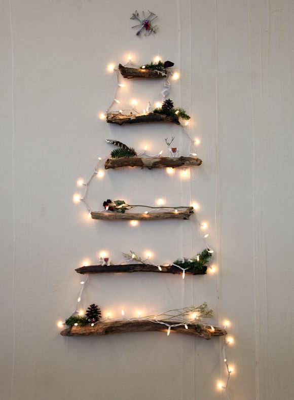 """Los profesionales del hogar de Reparalia, técnicos especialistas en todos los gremios que puedas necesitar en tu casa –fontaneros, electricistas, albañiles, cerrajeros, carpinteros…- te cuentan en nuestro blog todos sus secretos, ideas y consejos para hacer de tu hogar tu auténtico Reino. Hoy, te enseñan a crear tu propio árbol de Navidad Do it Yourself (DIY) Low Cost, reciclando objetos de tu hogar. Porque estar """"como en casa"""" es conocerla y aprender a cuidarla como nadie, gracias a estas ideas que te ayudarán a ahorrar y convertirte en un auténtico manitas como nuestros expertos de Reparalia."""
