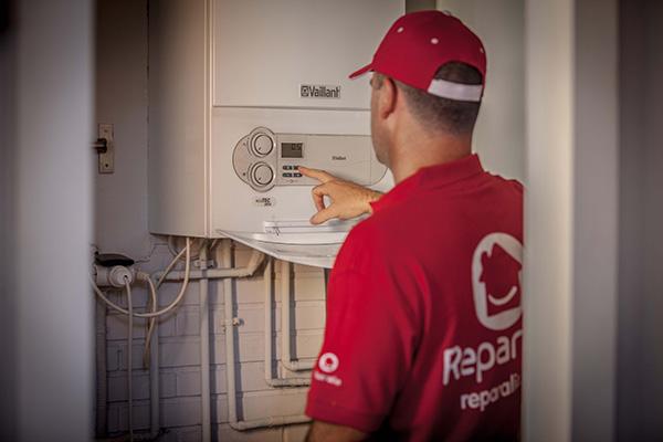 Los profesionales en calderas de Reparalia responden a todas tus dudas sobre tu equipo de calefacción, ya sea eléctrica o de gas. Deja tu pregunta en el consultorio de expertos de Reparalia y confía en el líder en Asistencia en el Hogar para resolver todos tus problemas domésticos, con 2.000 profesionales de 20 gremios en toda España, a solo una llamada de cualquier avería y reparación que necesites llevar a cabo, urgencias incluidas.