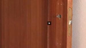 Los cerrajeros profesionales de Reparalia te enseñan a cambiar una manilla por otra en este video consejo. Renueva tus puertas, y con ellas el estilo de tu casa, en muy poco tiempo y de forma económica sustituyendo los picaportes con nuestra ayuda y, si necesitas un técnico especialista, llámanos a cualquier hora y en toda España para que te enviemos uno de nuestros expertos.