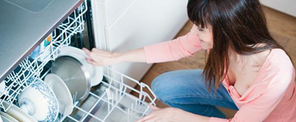 ¿Tienes un problema con tu lavavajillas? Nuestros expertos del hogar de Reparalia te dan la solución adecuada para reparar tu electrodoméstico y ahorrar dinero en averías y consumos. Déjate asesorar por nuestros profesionales de más de 20 gremios y disfruta de sus trucos y consejos sin moverte de casa. Y si no puedes resolverlo tú mismo, no dudes en llamarnos y te enviaremos a un técnico profesional para solucionar tu reparación con precios cerrados y total garantía, en toda España.