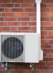 Si quieres ahorrar en el uso de tu aire acondicionado, sigue estos consejos de mantenimiento para revisión antes de la llegada del verano en todo su esplendor. Revisa tu aparato, comprueba su estado y llama a un profesional si necesitas realizar ajustes o reparar o sustituir partes deterioradas. Aprende también estas buenas prácticas para ahorrar energía y reducir tu factura eléctrica optimizando el gasto de tu aire acondicionado.
