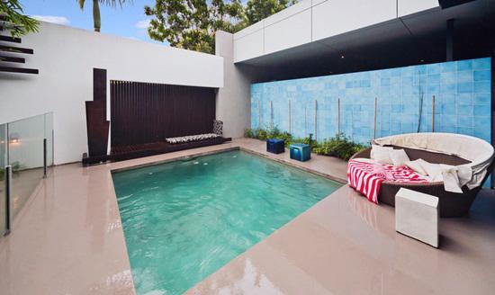 Los profesionales del hogar de Reparalia te dan ideas originales de complementos para tu piscina este verano: desde juegos y juguetes divertidos hasta accesorios de seguridad, accesibilidad, comodidad y decoración en tu piscina y sus alrededores del jardín.