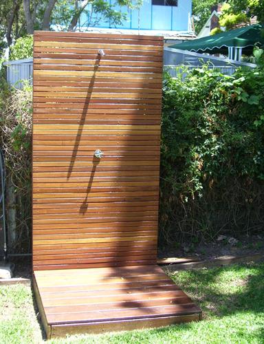 Los profesionales del hogar de reparalia te dan ideas originales de complementos para tu piscina - Duchas exteriores para piscinas ...